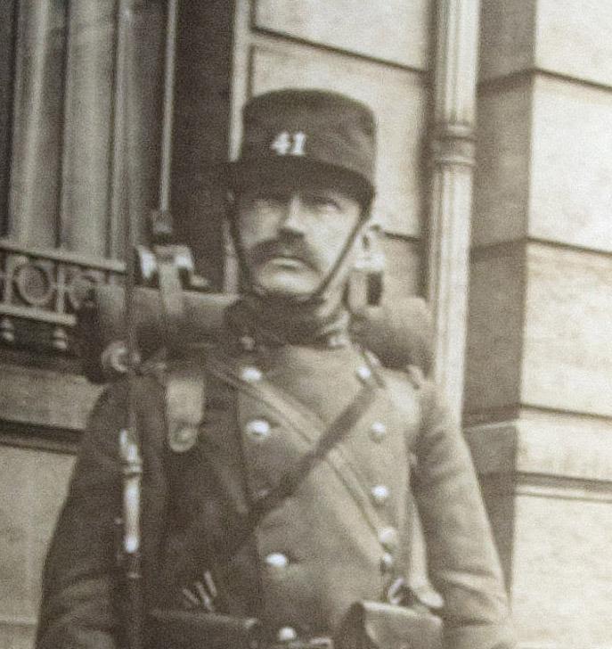Paul Perdrizet montant la garde devant la Banque de France à Nancy