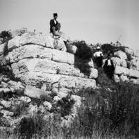 Henri Seyrig sur le rempart de l'acropole de Séleucie de Piérie