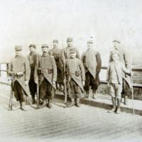 Paul Perdrizet caporal au 41e RIT à la tête d'un peloton gardant un pont